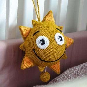 Sol med musikdosa av Rito Krea - Solupphängning Virkmönster 18cm