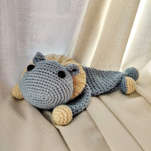 Flodhästen Nora av Rito Krea - Snuttefilt virkmönster 22x14cm