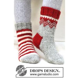Twinkle Toes by DROPS Design 2 - Julstrlumpor Vinröd och Natur Ränder Stick-opskrift strl. 22/23 - 41/43